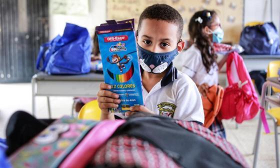 Los estudiantes de San Jacinto del Cauca, Bolívar, recibieron kits escolares.