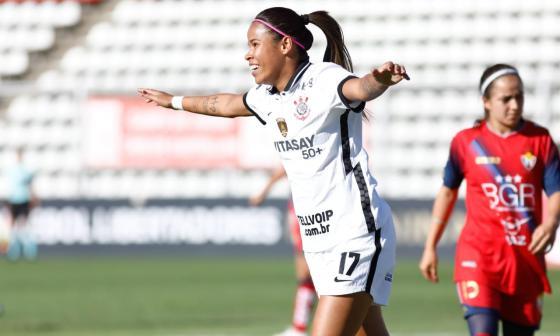Victoria Albuquerque celebrando uno de los tres goles que anotó ante El Nacional de Ecuador.