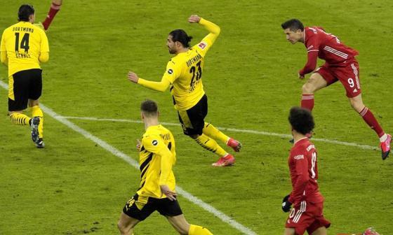 Lewandowski marca triplete en la remontada del Bayern al Dortmund