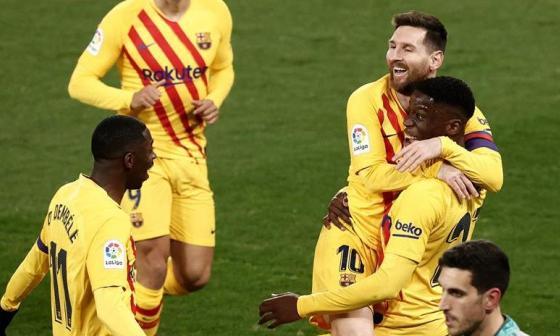 El centrocampista del FC Barcelona Ilaix Moriba celebrando su gol con Lionel Messi.