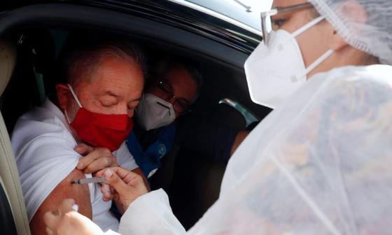 """Lula se vacuna y pide a Bolsonaro que deje de ser """"ignorante y negacionista"""""""