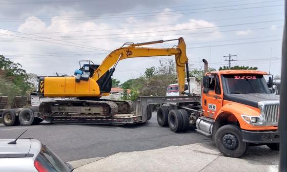 Trancón en entrada a Sabanalarga por incidente con retroexcavadora