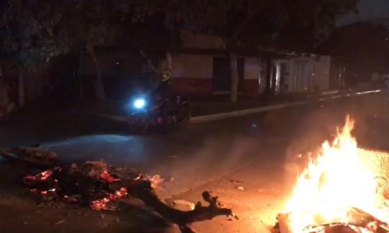 Bloquean vía en Soledad por falta de energía eléctrica