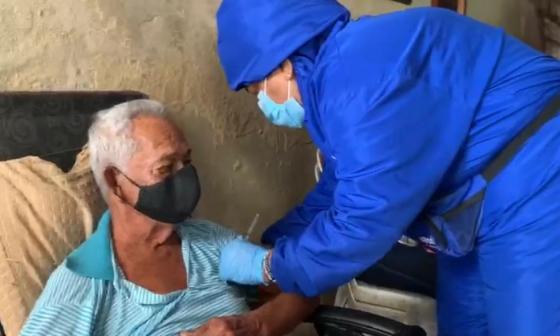 EPS llevan vacunación casa a casa en localidades de Barranquilla