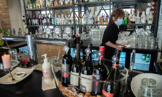 Grecia vuelve a abrir sus bares el 3 de mayo luego de casi medio año cerrados