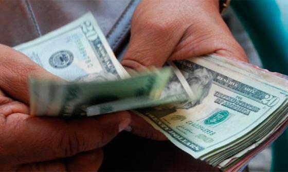 Dolar pierde punto al inicio de la jornada