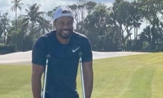 La foto de Tiger Woods en muletas