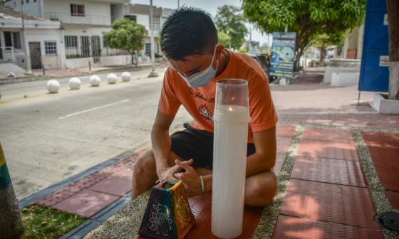 Dos barrios se unen en oración por las víctimas de la covid