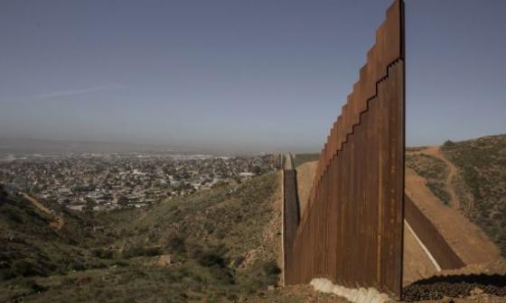 EE.UU. cancela proyectos del muro y atenderá a las comunidades fronterizas