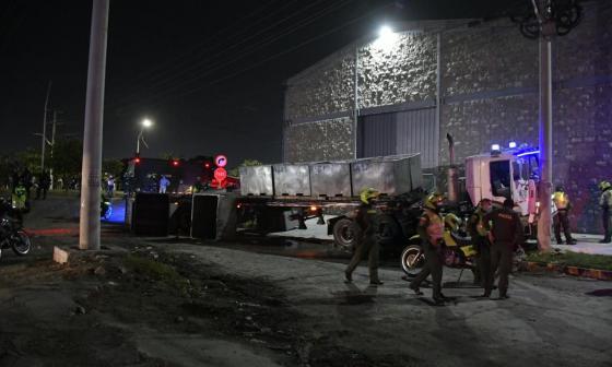 Saquean camión de pescado que se volcó en Barranquillita