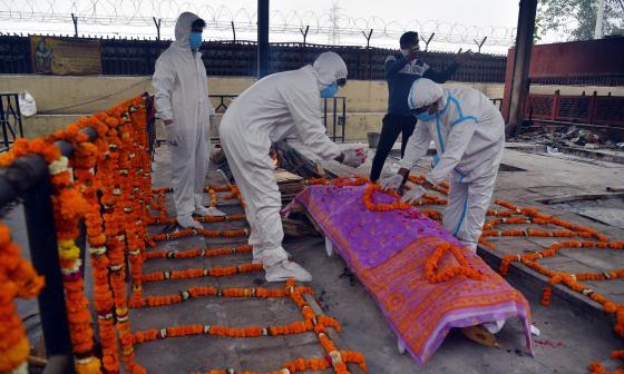 India supera los 25 millones de casos de covid con récord de muertes