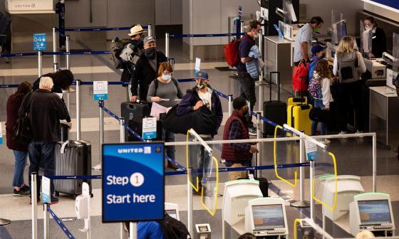 EE. UU. flexibiliza sus recomendaciones para viajar a 60 países