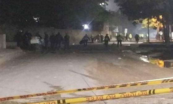 Encapuchados intentaron vandalizar antigua escuela de Policía de la 17