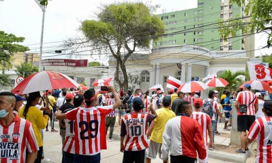 Hinchas rojiblancos protestan en sede de Junior por adiós de Teo