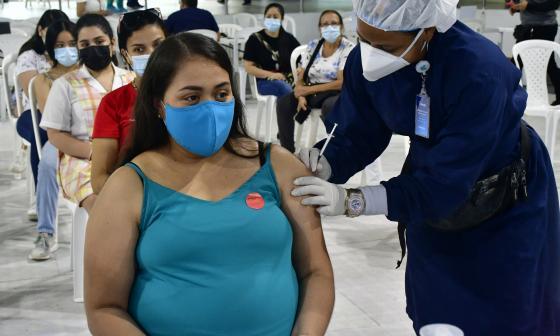Avanza vacunación de mujeres embarazadas en Barranquilla