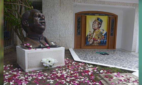 Con rosas le rinden homenaje a Joe Arroyo en las afueras de su casa