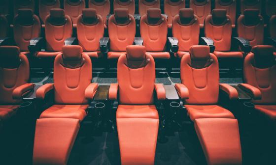 Cine fue multado con millonaria suma después que cliente muriera aplastado por una silla