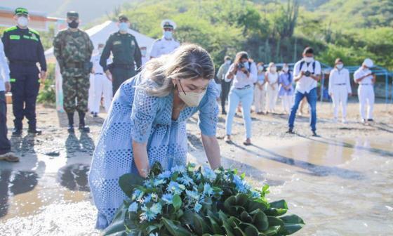 Con ofrenda en el mar le rindieron homenaje a Santa Marta en su día