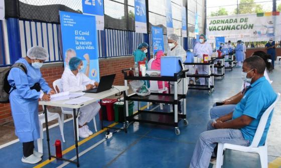 ¿Cómo aumentar el ritmo de vacunación contra la covid en Colombia?
