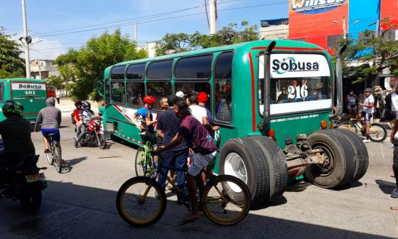 Accidente en la Murillo: bus se le salieron las dos llantas traseras