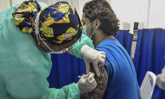 Masiva acogida de jóvenes a vacunación: ya se han inmunizado más de 1 millón
