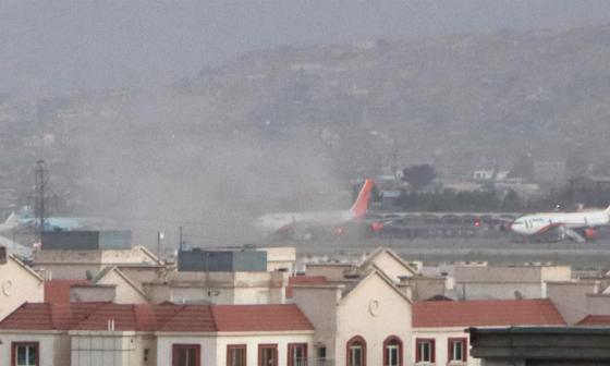 El Pentágono confirma una explosión fuera del aeropuerto de Kabul
