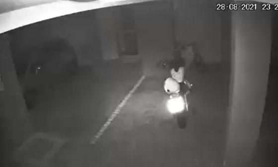 ¿Caso paranormal? Graban motocicleta que arrancó sola en un estacionamiento