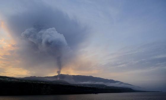 La nueva colada del volcán de La Palma, más fluida, avanza hacia el mar