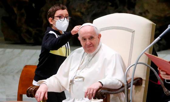 Un niño, protagonista en la audiencia general al querer el solideo del papa