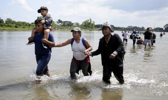 La dramática travesía por el río de migrantes que quieren llegar a EEUU