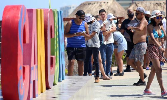 Centenares de turistas visitan Cancún en pleno tercer pico de covid-19