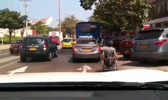 En video   La riesgosa travesía de un hombre en silla de ruedas por la calle 72