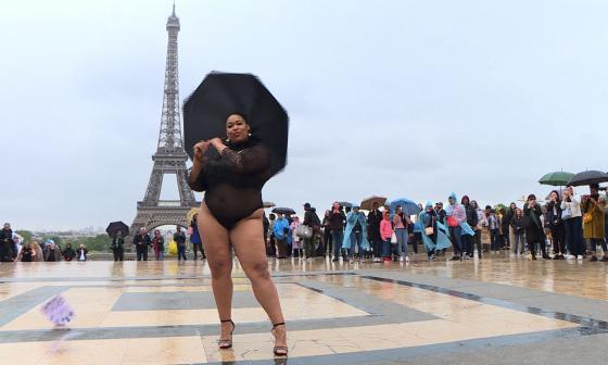 Modelos de talla grande desfilan contra la dictadura de modistas