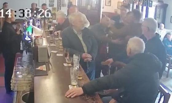 En video   Conor McGregor golpeó a un hombre mayor que no le aceptó un trago de whisky