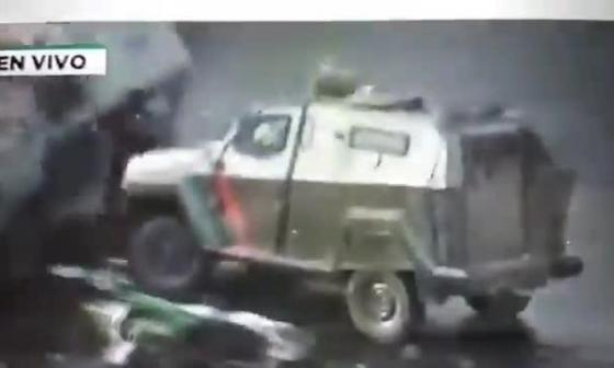 En video | Este es el momento en que un policía atropella con un carrotanque a manifestante en Chile