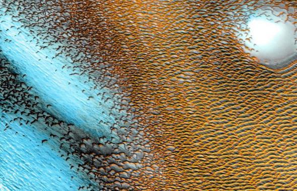 Nasa publica impresionantes imágenes de dunas azules en Marte