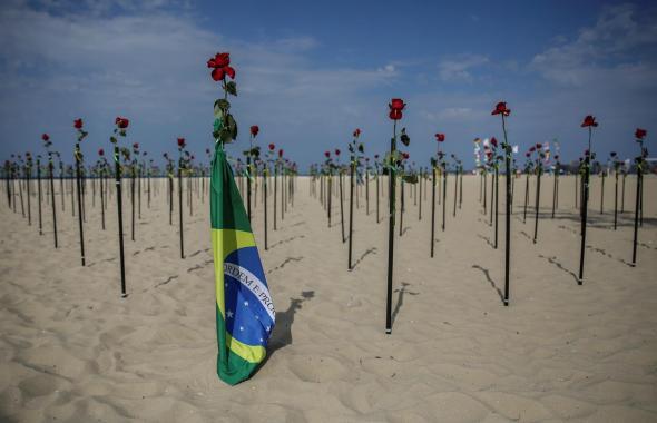 Con rosas rojas, Brasil conmemora las 500.000 víctimas de covid