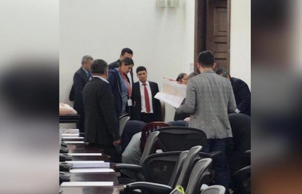 En video   Momento en el que senador José Obdulio Gaviria es sacado del Congreso tras sufrir infarto
