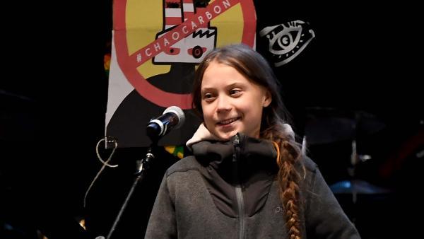 La activista  Greta Thunberg ofrece un discurso en la marcha por el clima.