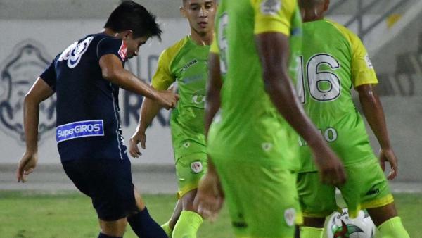 Sherman Cárdenas lanzando un pase en el amistoso ante Jaguares.