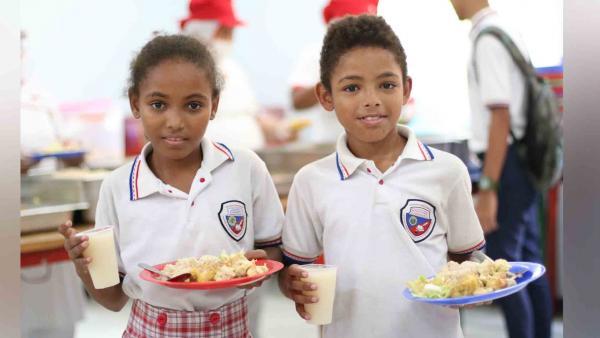 Estudiantes del Colegio Metropolitano de Barranquilla con su ración  del PAE.