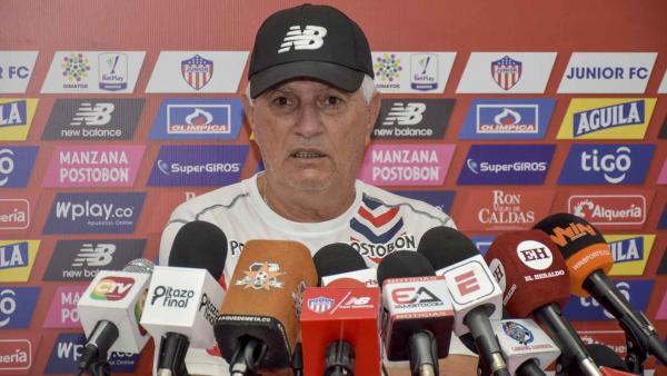 Julio Comesaña durante una conferencia de prensa.