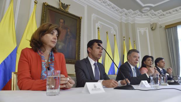 (De izq. a der.) la Canciller María Ángela Holguín; el mininterior Guillermo Rivera, el presidente Santos, la presidente del CNE, Yolima Carrillo, y el registrador nacional, Juan Carlos Galindo.