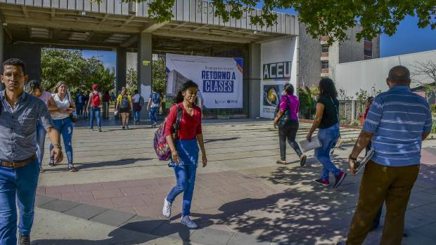 Un grupo de estudiantes caminan por el corredor de entrada y salida de la Universidad del Atlántico.