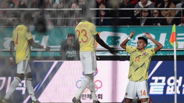 Luis Díaz festejando su primer gol con la Selección Colombia.