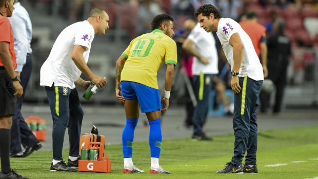 Momento en que el delantero brasileño Neymar abandona el campo durante un partido amistoso de fútbol internacional entre Brasil y Nigeria en el Estadio Nacional de Singapur.
