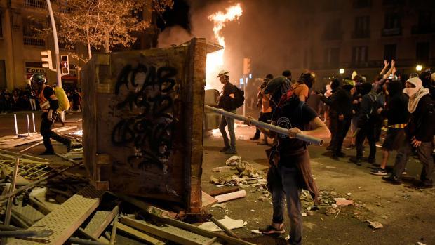 Jóvenes con los rostros cubiertos colocaron barricadas en las calles.