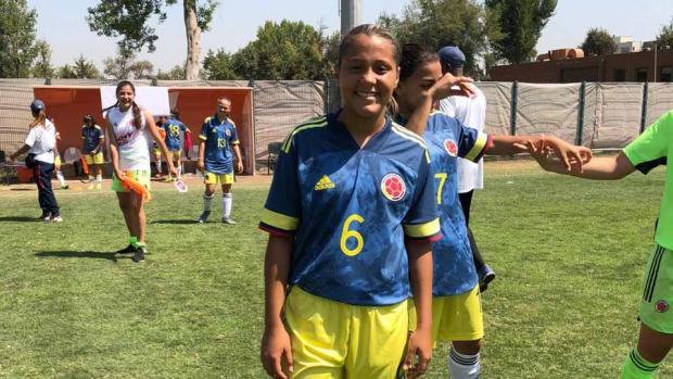 Iranis Centeno sonriente con el uniforme de Colombia.