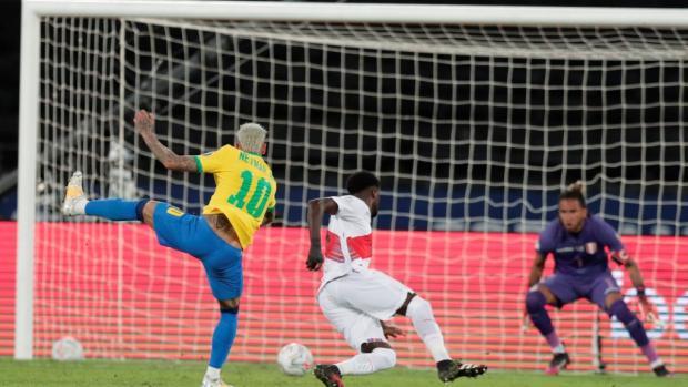 Neymar saca un disparo para anotar el segundo gol.