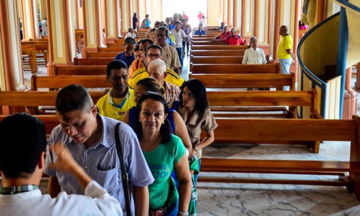 Largas filas se presentaron en distintos templos de la ciudad. En la foto, los feligreses en la iglesia de San Nicolás.